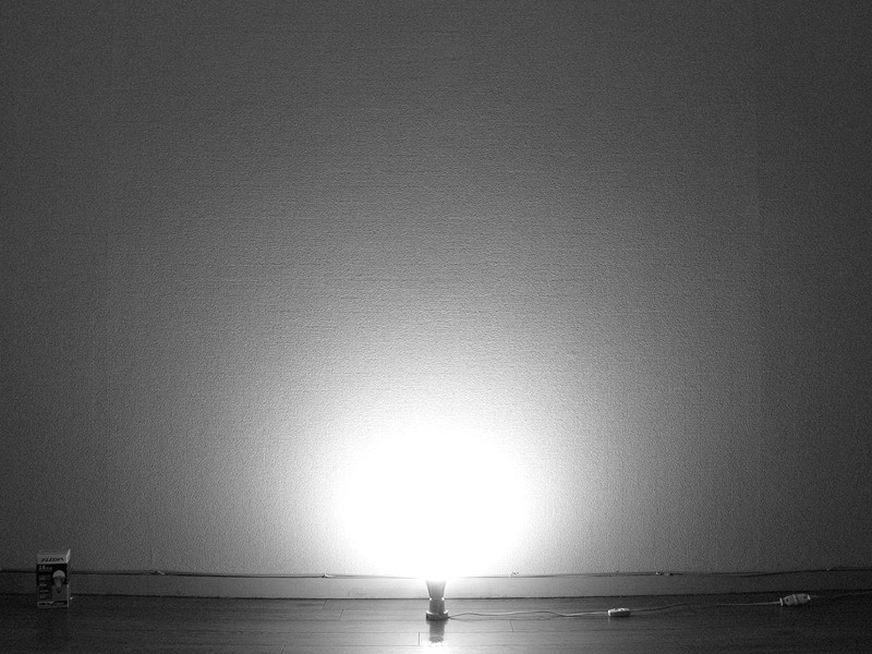 <b>【エクスレディア・昼光色】</b><br>樹脂カバーを中心にほぼ球形に光が拡散している。ソケット付近と側面への光の回り込みは他のLED電球同様に弱いが、光が遠く広範囲に届く印象だ