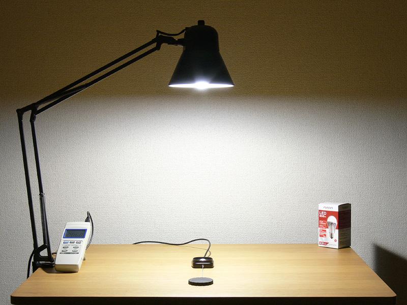 <b>【エクスレディア・昼光</b><b>色:X10-CJ 848lx】<br></b>X10の昼光色は、60W形白熱電球以上の明るさが得られる
