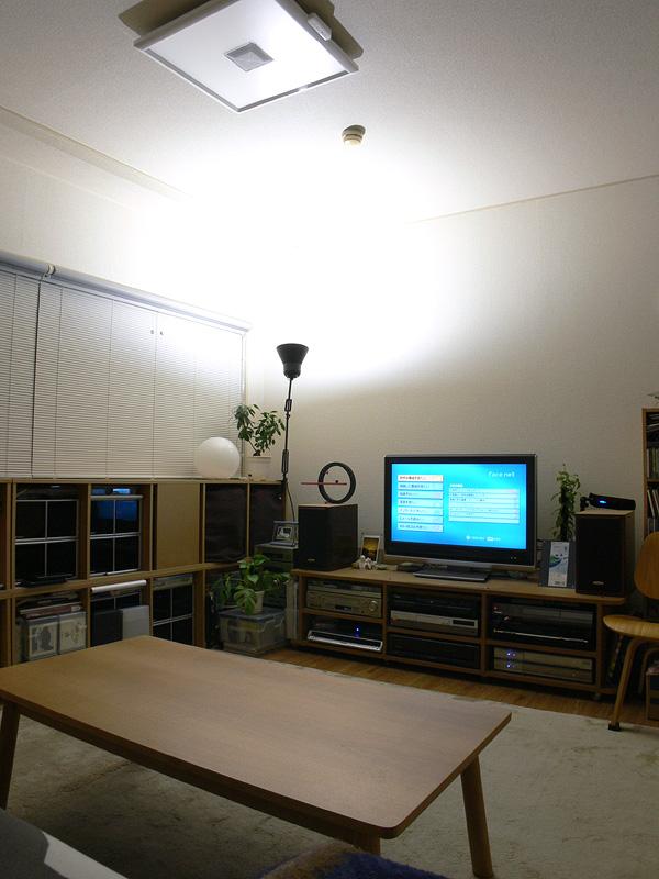 <b>【エクスレディア・昼光色1灯 間接光】<br></b>一灯でも壁面や天井からの反射光が部屋全体を柔らかく照らす。昼光色でもこのような使い方はお勧め。日中の補助光としても向いている