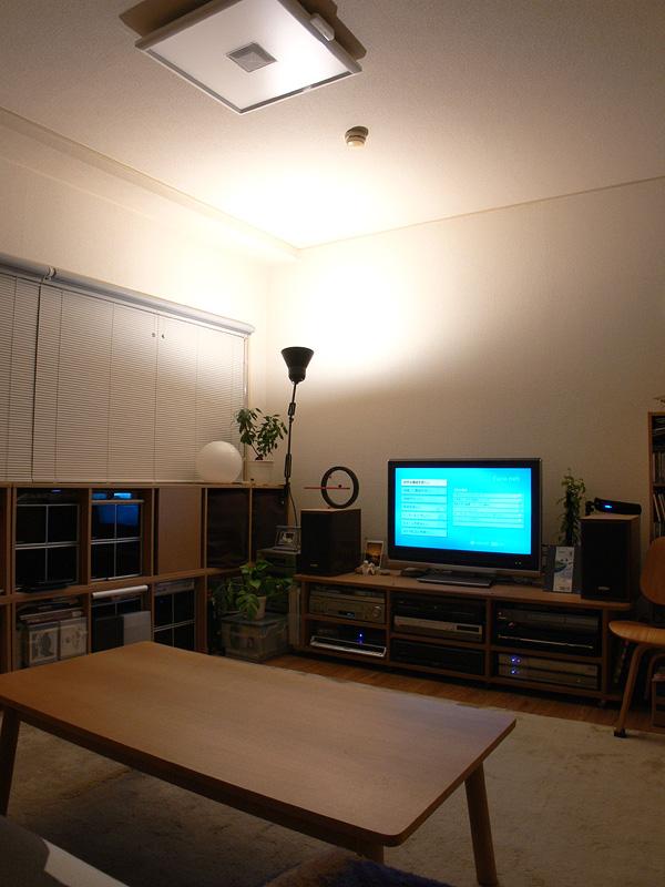<b>【エクスレディア・電球色1灯 間接光】<br></b>温かみのある光が、部屋全体に柔らかく行き渡る。スタンドやインテリアライトと組み合わせるのもいいだろう
