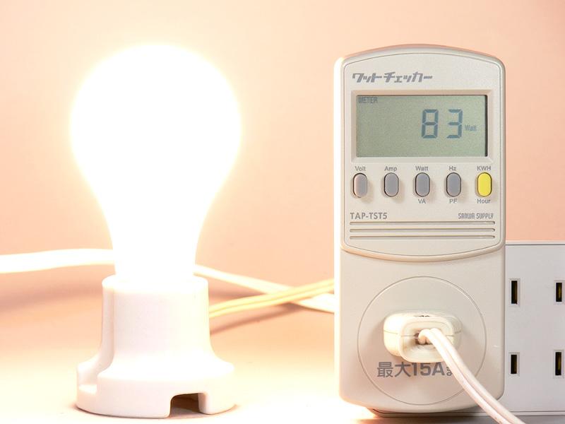 <b>【白熱電球:100W形】<br></b>消費電力83W。消費電力1Wあたりの発光効率は、18.31lm/Wになる