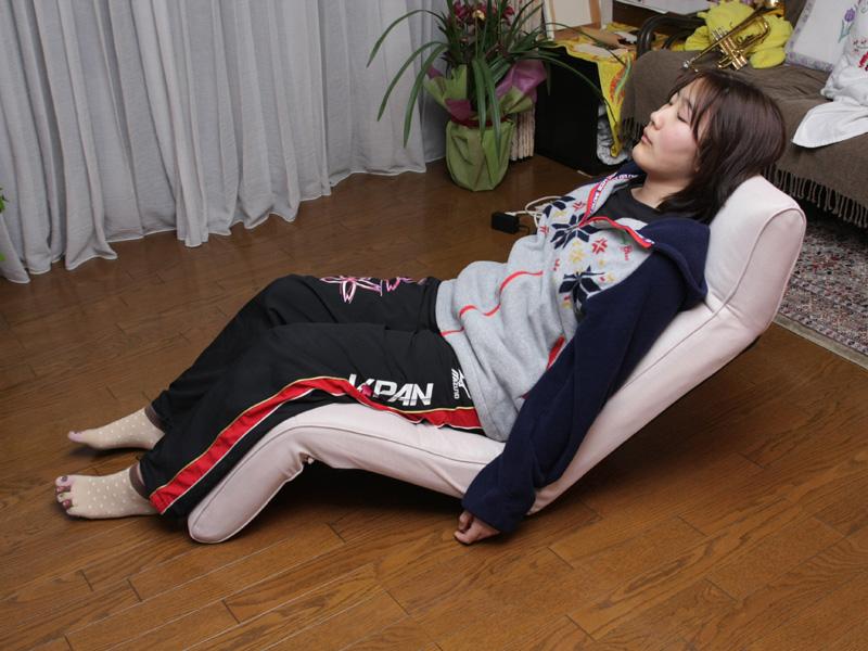 このポジションが一番リラックスしてマッサージできる。気持ちよくて、うたた寝をしてしまうほどだが、バランスを崩してゴトン! と倒れて起こされてしまうことも