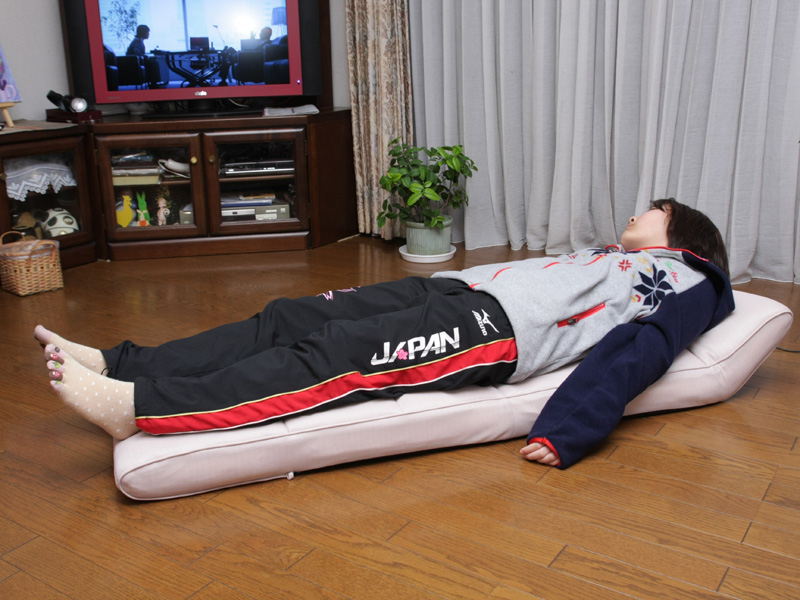 フラットな状態にして寝ると、バイブやエアーに体重が乗るので強めのマッサージになる。またお尻のエアーが上下して、背骨が伸びて気持ちいい