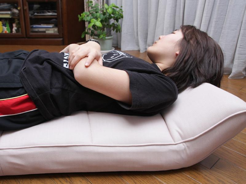 腰に当たる部分が5cm程度ふくらみ、左右から挟みこまれた状態になるので、まさに揉んでいる感じだ