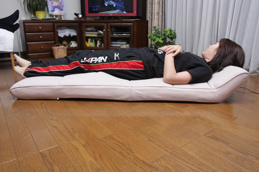 お尻のエアーが膨らんだ状態。ストレッチ効果で背筋が伸びて気持ちがいい。寝る場所を少し変えると、さまざまな部位をストレッチできる