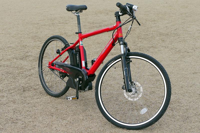 クロスバイク的なスタイル。カラーはレッド(写真)、メタル、ブルーイッシュブラック、クリスタルホワイト(2010年モデルの新色)。車両重量は23.5kg(ワイヤロック0.3kgを含む)