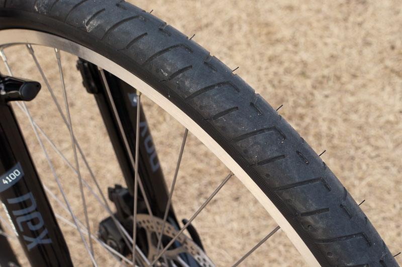 セミスリックタイヤを装備。一般的なタイヤよりも転がり抵抗が少ないので、よりスピードに乗りやすくスピードが落ちにくい。率直なところ、非常に軽快な乗り味だったりする
