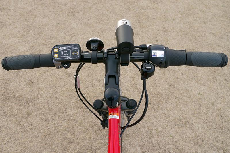 ハンドル部。左側にメインのコントローラがあり、中央には白色LEDライト、右のハンドルグリップは変速グリップとなっている。一文字のバーハンドルがスポーティーな印象。