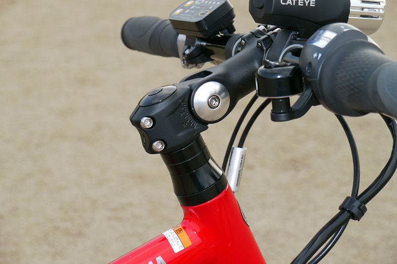 角度調整付アヘッドステムを搭載。ステムの角度を六角レンチ1本で変えられるので、ハンドル高を手軽に調節可能。走行ポジションの調整をより手軽に行なえる