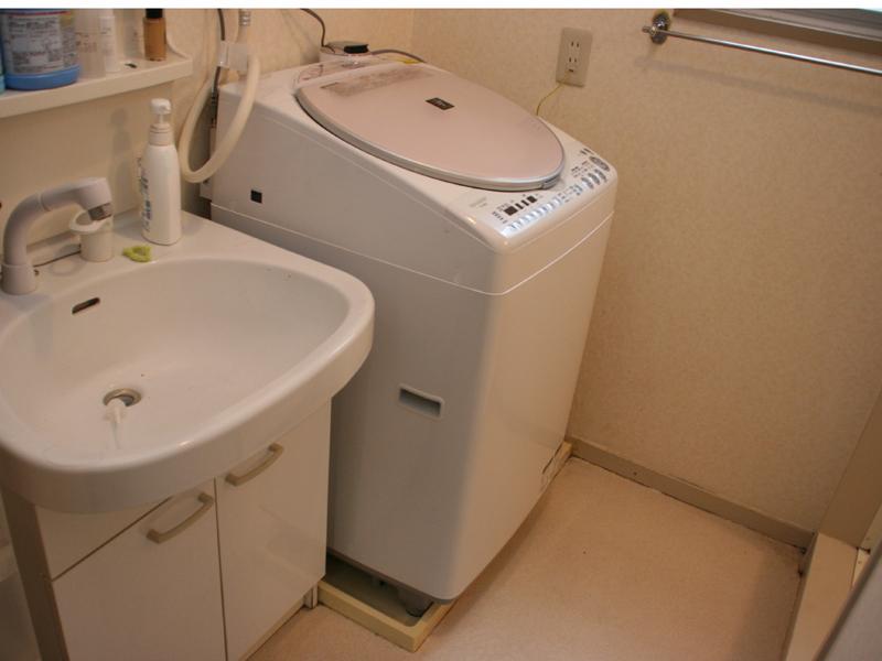 洗面所に設置したところ。古いマンションに住む我が家では本体の大きさはかなり重要なポイントとなる