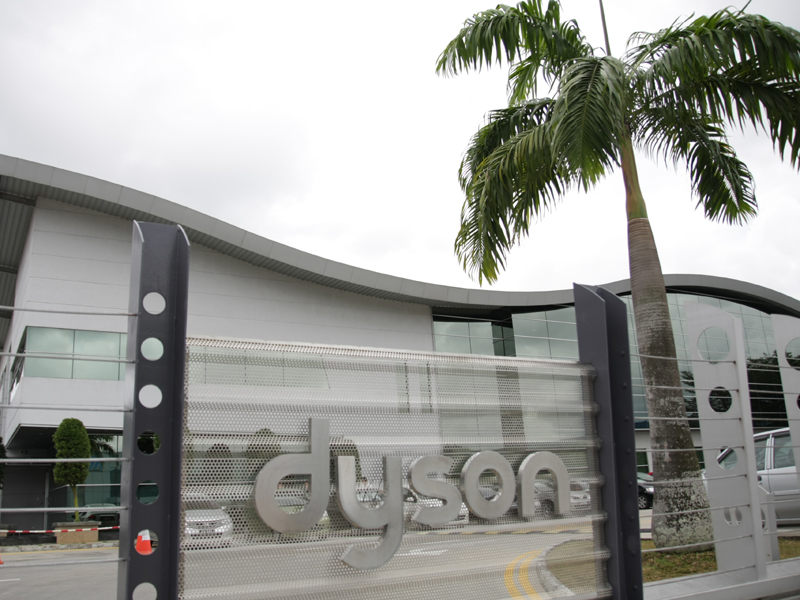 ダイソン マレーシア工場。シンガポール(とはいえ、国土の面積は東京23区を合わせた程度)から車で1時間ほど走りマレーシアとの国境を越えたところにあるマレーシア工場