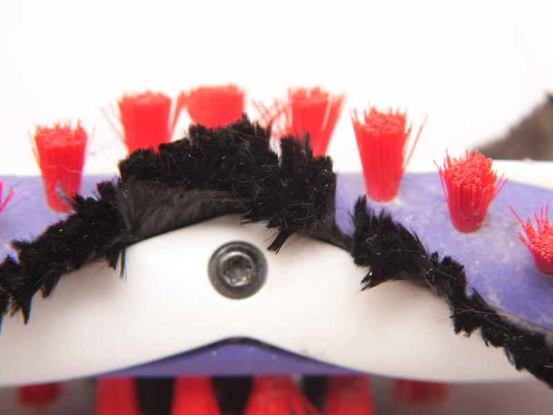 赤いブラシは一般的な掃除機にも見られる樹脂性のブラシ。黒い炭素繊維の方がずっと細かい