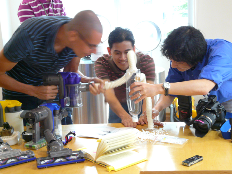 ダイソンのデザインエンジニアに詳しく話を聞いてきた。左からシニアデザインエンジニアのDamian Lee氏、Lim Chin Yap氏、筆者