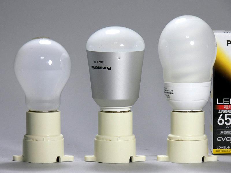 高さは104mm(中央)と、60W形白熱電球(左)より10mm背が高い程度。口金付近の直径は若干太めで、取り付ける器具の確認は必要だ。放熱部はヒートシンクが無いスッキリとしたアルミ製。重量は87gとLEDの中では特に軽い