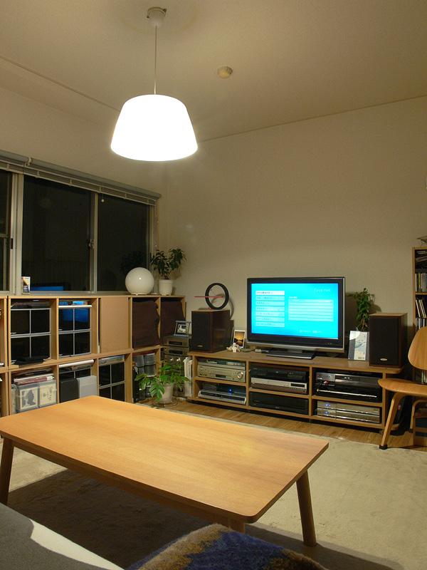 <b>【エバーレッズ LDA9L-H×2 透過タイプのシェード】</b><br>暖かみのある光色でリビングルームに向いている。壁面や天井面にもある程度光が届き、明るさのバランスが良い。テーブル面も十分に明るい