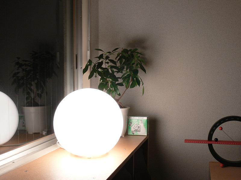 <b>【白熱電球:40W形】</b><br>正直、明るすぎる。直視すると不快な眩しさを感じてしまう