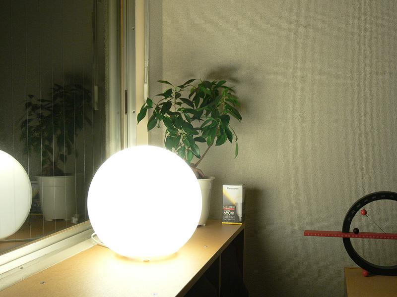 <b>【エバーレッズ LDA9L-H】</b><br>直視する場所に置くには明るすぎる。また、写真ではわかりにくいが、器具に光のムラもできる。部分照明よりも、目に触れにくい場所で全体照明と使うべきだろう