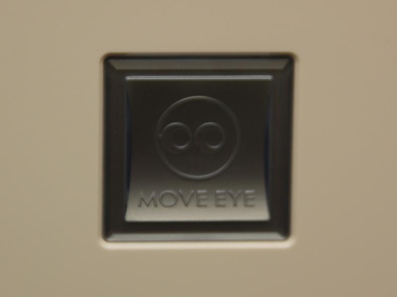 本体前面パネルには、ムーブアイのロゴがある