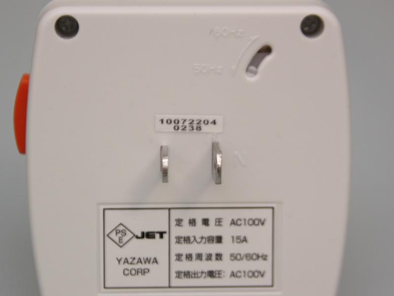 本体背面。電源プラグがある。また、右上には50/60Hzを切り替えるスイッチもある