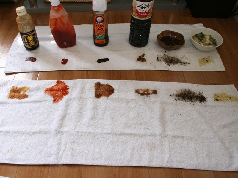 「焼肉のたれ」「ケチャップ」「ソース」「しょうゆ」「泥汚れ(土)」「味噌汁」の6つを、吸水性の良い綿100%のタオルに垂らす。そのまま4時間放置して「すすぎ1回コース」で洗濯