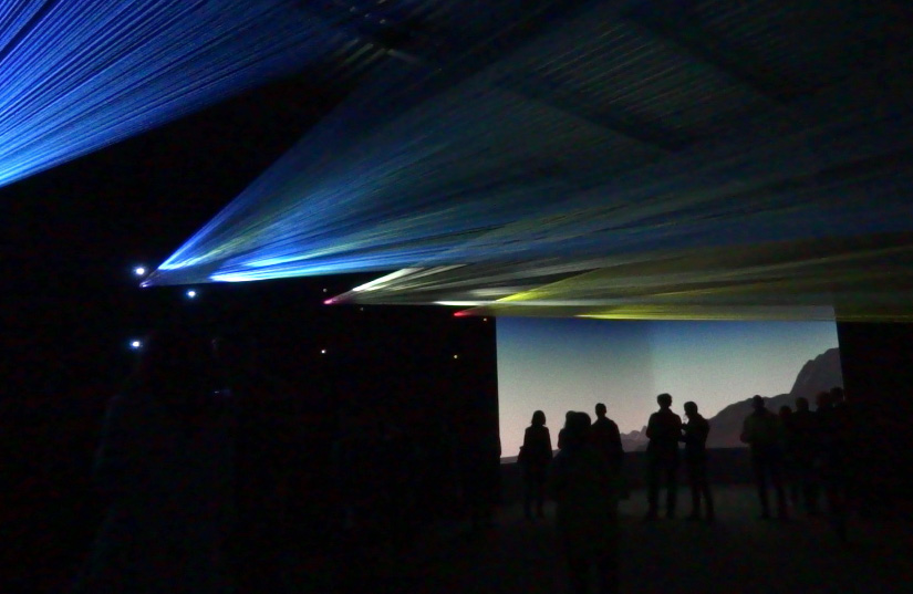 キヤノンが毎年行なっているNEOREAL展のようす。今回は建築資材の水糸(0.5mm×16m[直径×長さ])に映像を映し出した