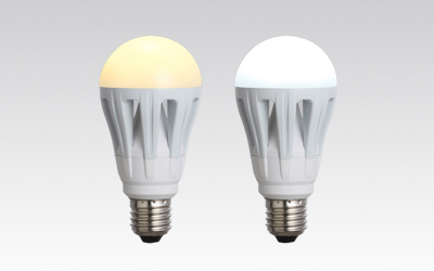 「PARATHOM(パラトン) 一般電球形」。左が電球色の「12.0W」、右が昼光色の「11.2W」