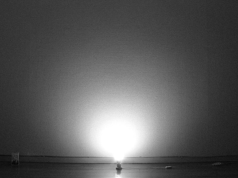 <b>【E-CORE 485lm</b><b>】</b><br>ほぼ球形に光が拡散しているが、電球の横方向、ソケット付近への光の回り込みは弱め。光自体は遠くまで届いている