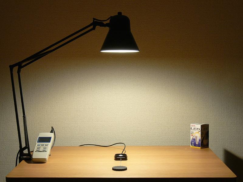 <b>【E-CORE 380lm</b><b>:624lx】<br></b>直下照度は624lxと、40W形白熱電球も電球形蛍光灯も、軽く超える明るさだ