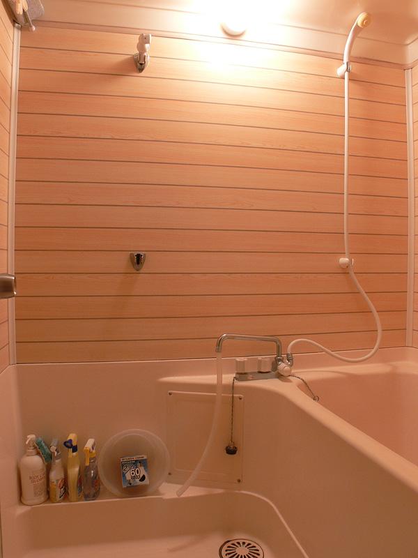 <b>【白熱電球:60W形】<br></b>浴室全体が十分に明るい