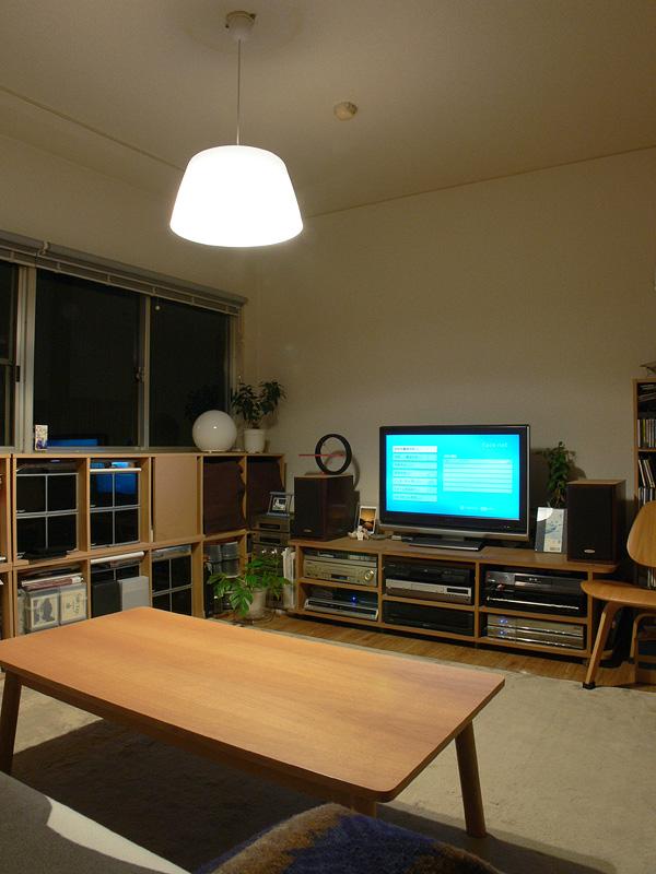 <b>【E-CORE 485lm</b><b>×2 透過タイプのシェード】</b><br>暖かみのある光色がリビングルームに向いている。壁面や天井面にもある程度光が届き、全体的に明るく感じられた。テーブル面は白熱電球と遜色ない明るさ