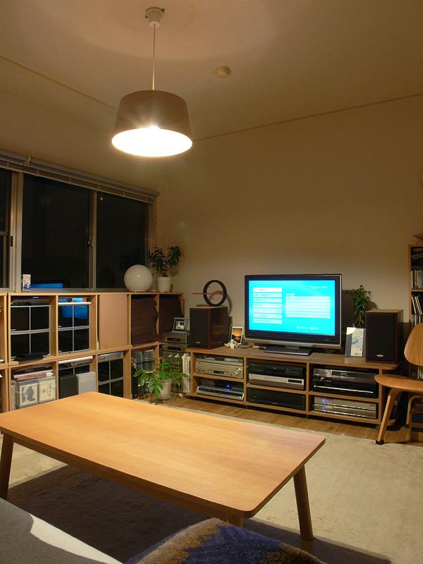 <b>【E-CORE 485lm</b><b>×2 非透過タイプのシェード】<br></b>テーブル面が60W形白熱電球よりも明るく感じられた。全体的な光のコントラストのバランスも良好だ