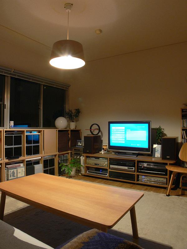<b>【E-CORE 380lm</b><b>×2 非透過タイプのシェード】<br></b> テーブル面が60W形白熱電球とほとんど変わらないぐらい明るい。部屋全体の明るさ感は落ちるが、くつろぎ感はアップする