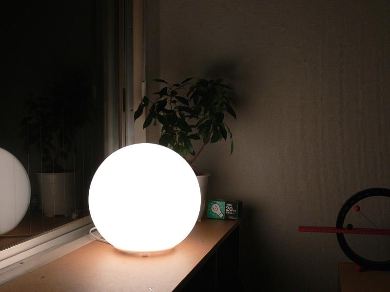 <b>【白熱電球:20W形】<br></b>明るさを抑えた白熱電球を使用した写真。このぐらいなら、目の触れる高さにおいて直視してもあまり眩しさを感じない
