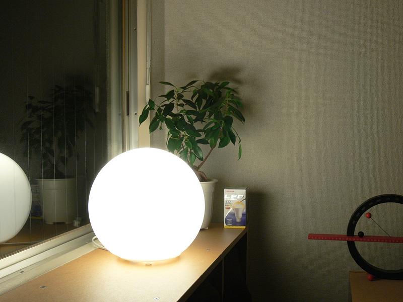 <b>【E-CORE 380lm</b><b>】<br></b>これもまた眩しすぎる。写真ではわかりにくいが、器具に光のムラもできてしまった。部分照明よりも、目に触れにくい場所で全体照明として使うなら良いだろう