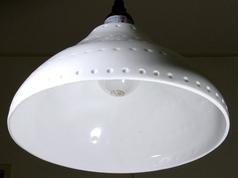 <b>【白熱電球:60W形】<br></b>電球の端が少し覗いている程度の角度から撮影した