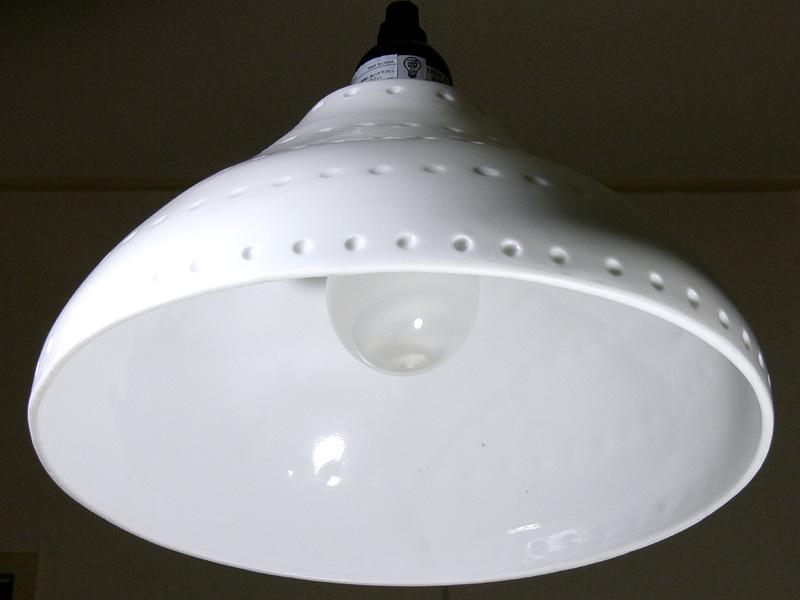 <b>【電球形蛍光灯】<br></b>電球の直径は白熱電球と同じだが、高さがあるため、内側のらせん状の蛍光管が透けて見える