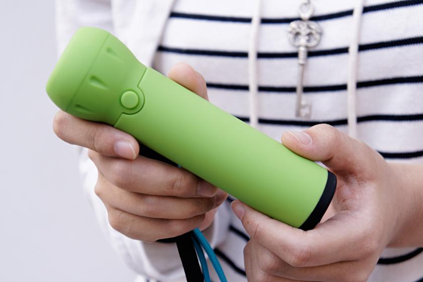 いわゆる懐中電灯よりも、ひとまわり小さい。制汗スプレー缶程度といったほうがわかりやすいかも