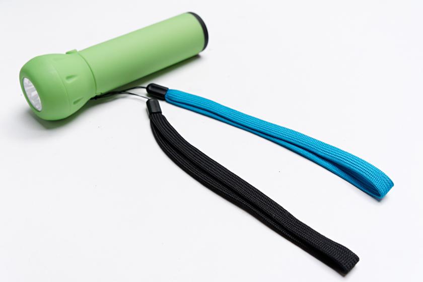 2本のストラップは標準的なものだが、ふたつあるのでヒモのように結ぶといった使い方もできる