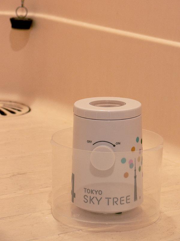 浴室では、水平で安定した床に設置する。防滴仕様ではあるが、我が家の浴室の床は凹凸があるので、CDのスピンドルケースの蓋に乗せて床に置いた