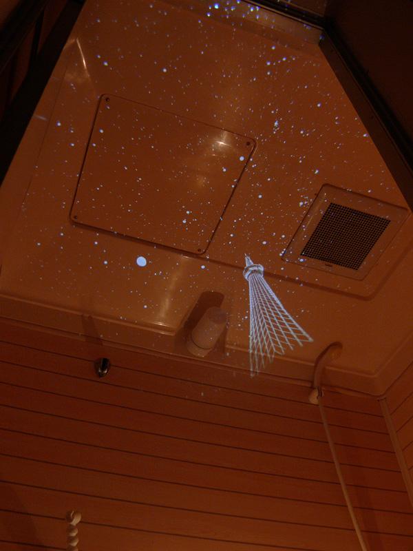 投影される星空は、ロウソクの灯りでもかなりかき消されるほどはかないものだ