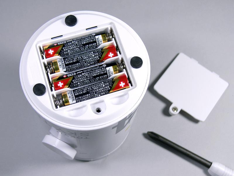 単4乾電池4本を別に用意する。プラスドライバーがあれば簡単に装着できる