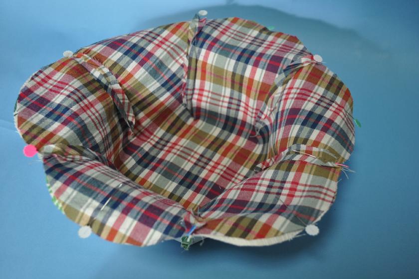 中表にして8cmほど残して重ねて縫う。最後にひっくり返し、フチを縫えば完成