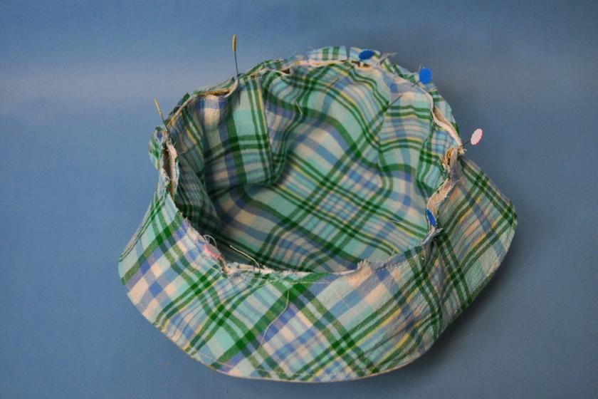 帽子の部分とかさの部分を重ねて、まち針でとめる