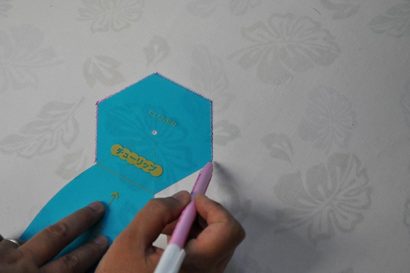 表生地は接着芯を貼ってから、テンプレートに沿って出来上がり線を描いていく