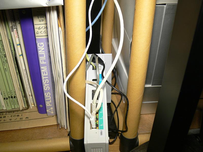 <b>【マジックバルブ】</b><br>デスクの奥にある、LANの配線を入れ替える際に使用してみた。細かなものもスッキリと白熱電球のように明るく照らし出すので、細かな作業に重宝する