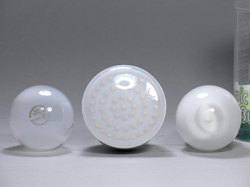 直径は68mm(中央)で、白熱電球より13mm太い。光源部は半透明な樹脂製だが、LEDチップが透けて見える