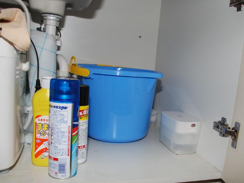 洗面台の下。普通の除湿剤はバケツの奥の隅に居場所があるが、サラリエは壁にくっつけられないので半端位置になってしまう。もうちょっと片付けてから使うべきなのだろう