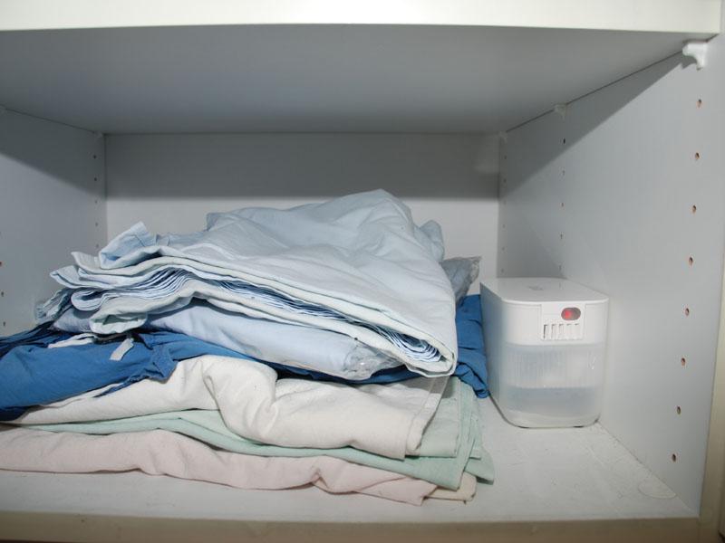 安心して置ける寝具類の棚。棚に比べて、物が少ないこともあって、安心して置ける