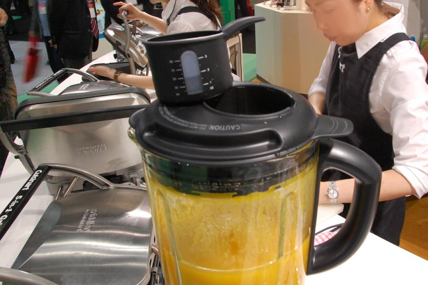 食材の投入口には、軽量カップが付属