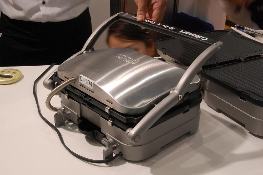 側面。シルバーと黒のシンプルな色合いで、業務用の調理器具のようだ